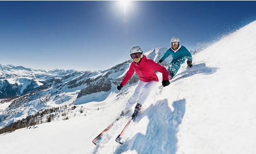 deux skieurs qui descendent une piste à ski